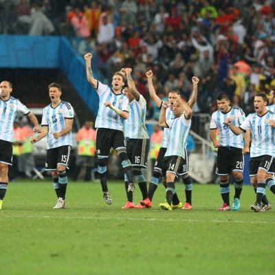 Argentiinan pelaajat riemastuvat rangaistuspotkukilpailun ratkettua.