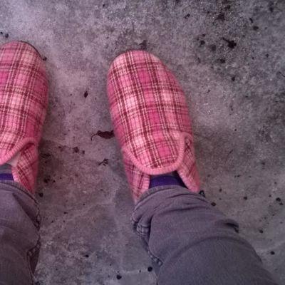 Vaaleanpunaiset ainot jaloissa