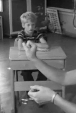 Bild på barn och en lärare