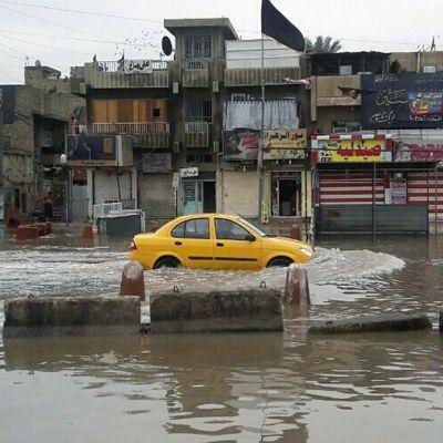 taksi ajamassa tulvivalla kadulla Irakissa