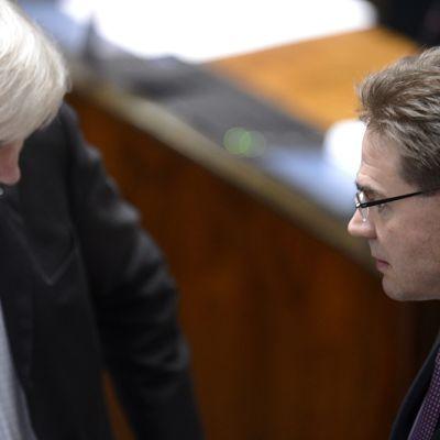 Ulkoministeri Erkki Tuomioja (vas.) ja pääministeri Jyrki Katainen eduskunnan täysistunnossa Helsingissä 18. maaliskuuta 2014.