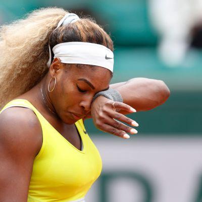 Yhdysvaltain Serena Williams pyykii kasvojaan tennispelin yhteydessä.