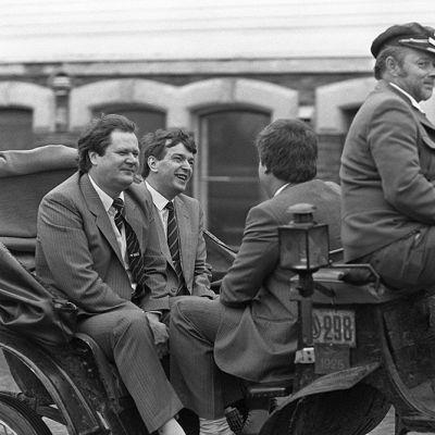 Keskustapuolueen puoluevaltuuskunnan kokous Oulussa 22.8.1987. Seppo Kääriäinen ja Paavo Väyrynen hevosajelulla kaupungilla.