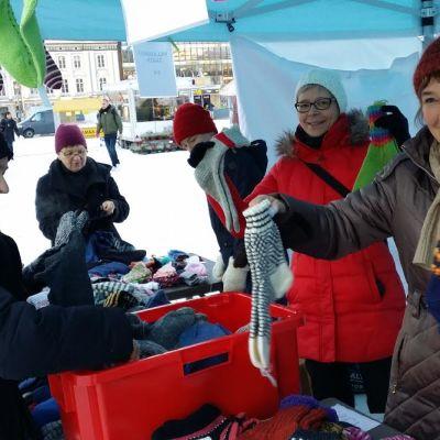 SPR:n Sirpa Lehtimäki(punainen takki) ja Pelastakaa lapset -yhdistyksen Jaana Juvala pyörittivät sukkamyyntiä.