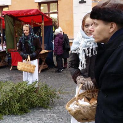 Joulumarkkinoiden näyttelijät vuoden 1903 tunnelmissa.