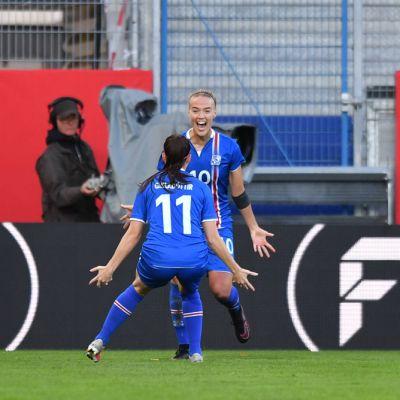 Dagný Brynjarsdóttir ja Hallbera Guðný Gísladóttir juhluivat Islannin 2-1-maalia.