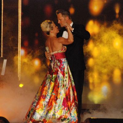 Tuleva voittajapari tanssin pyörteissä Kunigasfinaalissa 2013