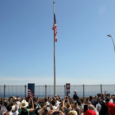 Usan lippu on nostettu salkoon, väkijoukko kuvaa