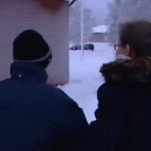 Kuvassa kävelee vanha mies lastensa kanssa. Heillä on selkä kohti kameraa. On talvi ja he ovat ulkona. (Spotlight 2009)