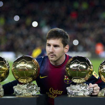 Lionel Messi med sina fyra Ballon d'Or.