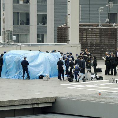 Japanin poliisiviranomaiset tutkivat pääministeri Shinzō Aben toimiston katolta löytynyttä lennokkia Tokiossa 22. huhtikuuta 2015.