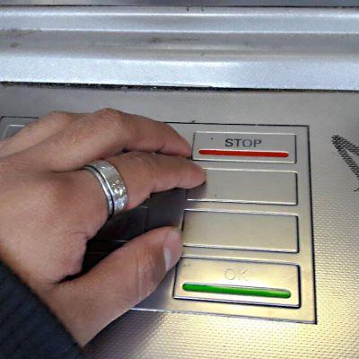Poliisi neuvoo peittämään tunnusluvun toisella kädellä automaateilla asioidessa.