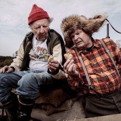 Sulevi Peltola ja Heikki Kinnunen elokuvassa 'Ilosia aikoja, Mielensäpahoittaja'.
