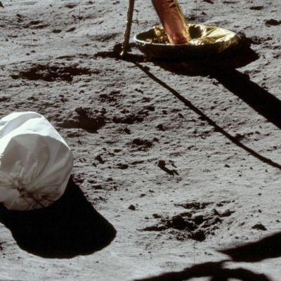 Jätesäkki kuun pinnalla