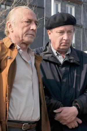 Ohjaaja Aki Kaurismäki (keskellä) sekä näyttelijät André Wilms ja Jean-Pierre Darroussin elokuvan Le Havre kuvauksissa. Kuva tv-dokumentista Olipa kerran... Le Havre.