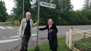 Peter von Bagh och Liselott Forsman poserar vid Peter von Bagh street i Sodankylä 2014.