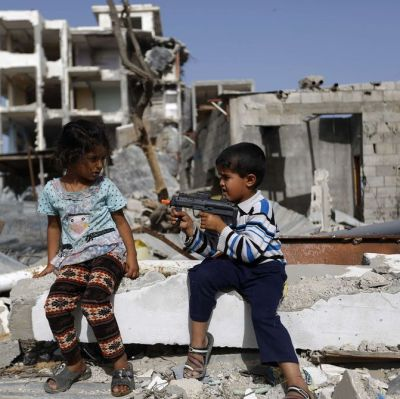 Palestinska barn leker i Beit Hanun, Gaza den 27 maj 2015.