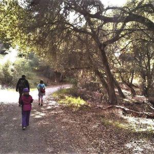 Näyttelijä Tomi Salmela kävelyllä kahden tyttärensä kanssa luonnonsuojelualueella Foothills Parkissa Palo Altossa Kaliforniassa 2012.