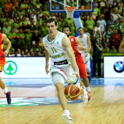 Slovenian Goran Dragić kuljettaa palloa koripallo-ottelussa.