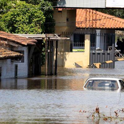 Tulvavesiä Paraguayn pääkaupungissa Asuncionissa.