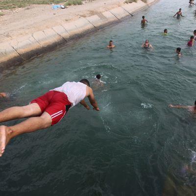 Ihmisiä uima-altaassa.