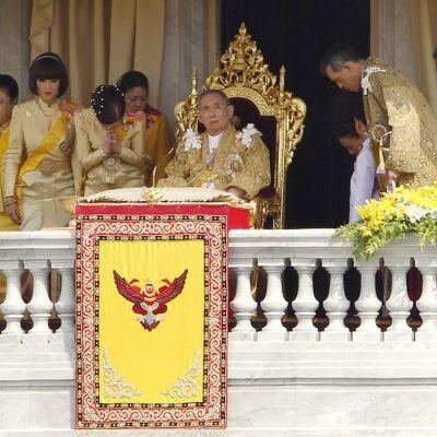 Kuningas Bhumibol Adulyadej ja hänen perheenjäseniään Bangkokissa 5. joulukuuta 2012.