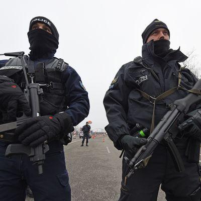 Saksan rajavalvontapoliisit tarkastavat ajoneuvoja Saksan ja ranskan rajalla.