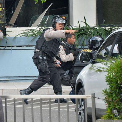 Indonesian poliisi räjähdyspaikalla Jakartassa torstaina.