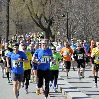 Helsinki City Runin juoksijoita.