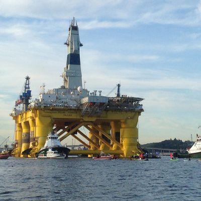 Aktivistit yrittivät estää öljynporauslautta Polar Pioneerin lähtöä 15. kesäkuuta Seattlessa, Washingtonissa. Ympäristöväki on arvostellut Barack Obaman öljy-yhtiö Shellille antamaa lupaa porata öljyä arktisilla alueilla.