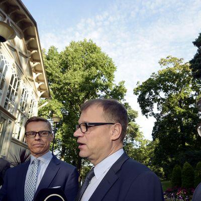 Alexander Stubb (kok), pääministeri Juha Sipilä (kesk) ja ulkoministeri Timo Soini (ps) Kesärannassa Helsingissä 9. syyskuuta.