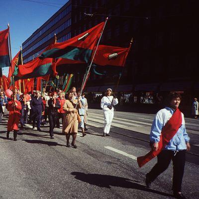 Työläisiä vappumarssilla Hakaniemessä Helsingissä 1. toukokuuta vuonna 1989.