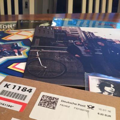 LP-levyjä pöydällä.