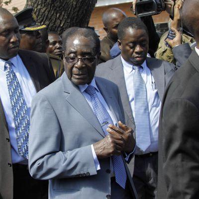 Mugabe turvamiesten saattamana