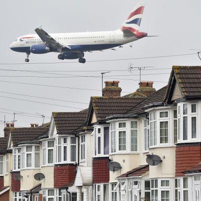 British Airwaysin kone hyvin matalalla kattojen päällä.