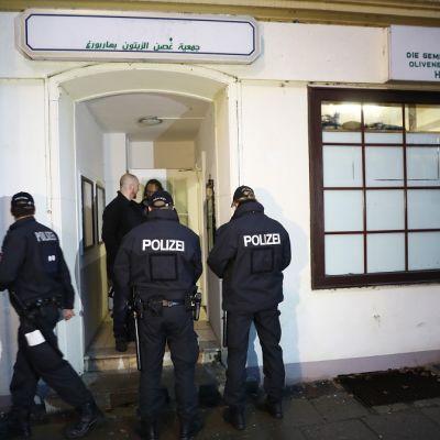 Useita poliiseja osallistui terrorisminvastaiseen ratsiaan Saksassa. Viranomaiset tekivät etsintöjä islamististen verkkojen koteihin ja moskeijoihin kymmenessä Saksan osavaltiossa 15. marraskuuta 2016. Poliisit Al-Taqwa moskeijan edessä Hampurissa.