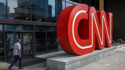 Gatuvy av en stor röd skylt med bokstäverna CNN.
