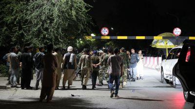 Säkerhetsstyrkor inspekterar bombplats i Kabul efter en explosion vid försvarsministerns bostad.