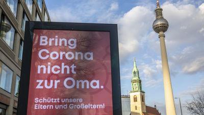 Ett anslag i Berlin uppmanar folk att inte ta med coronaviruset till mor- och farföräldrarna.