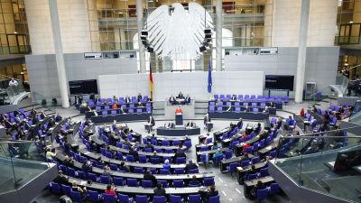 Merkel pitämässä puhettaan liittovaltiopäivillä.