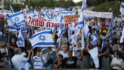 Det har hållits många demonstrationer mot den tilltänkta regeringen. Den här demonstrationen hölls i torsdags utanför knesset.