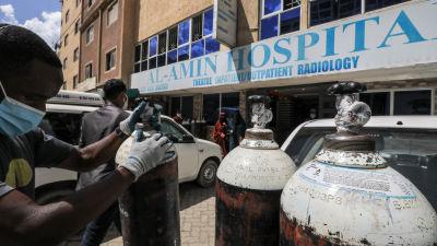 Syrgastuber levereras till ett sjukhus i Nairobi i Kenya.