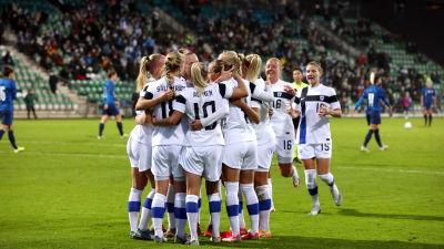 Damlandslaget jublar efter mål mot Slovakien.