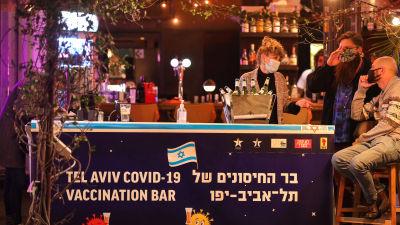 En coronabar i Tel Aviv där unga kan få en gratis alkoholfri drink efter att de låtit sig vaccineras.