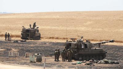 Bild på två tankrar och soldater vid gränsen till Gaza.