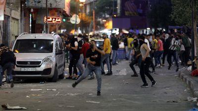 Bild på sammandrabbningar mellan demonstranter och polis.