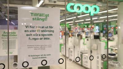 En skylt utanför en coop-butik som förklarar att butiken måste vara stängd i och med att kassa-systemet inte fuhngerar.