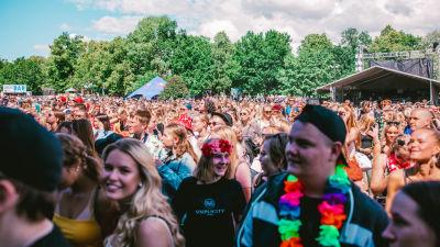 folkmassa på en utomhusfestival