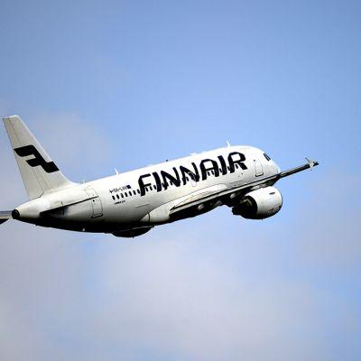 Finnairin lentokone Helsinki-Vantaan lentokentällä tiistaina 6. toukokuuta 2014.