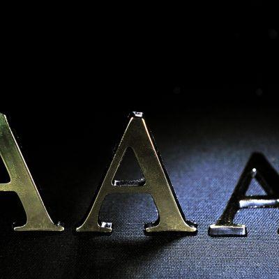 Luottoluokitus: Kolme A-kirjainta, joista yksi on kaatunut.